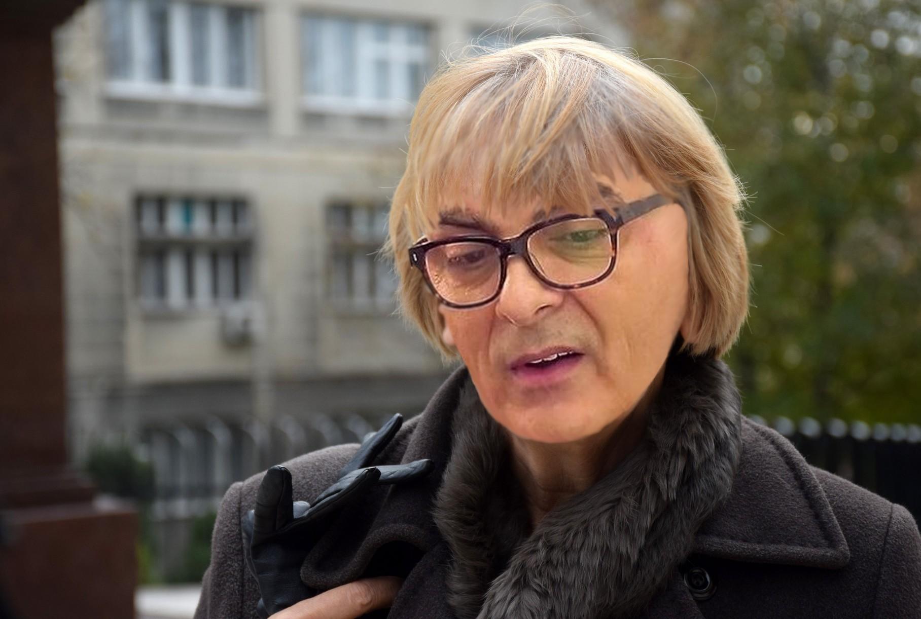 """Nebojša Krstić maskiran u Sonju Biserko tajno bio na protestu """"ŽUTE PATKE""""!!!"""
